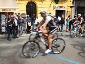Varios corredores pasan por delante de la librería de Vara de Rey.