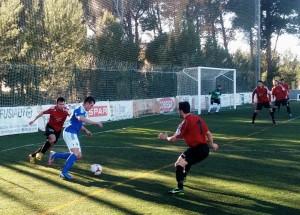 Adrián Ramos trata de colarse entre dos jugadores del Campos