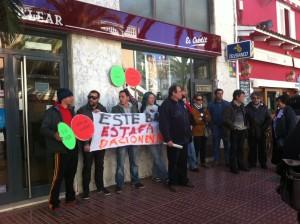 Imagen de la concentración de la PAH, este mediodía ante el Banco de Crédito Balear de Santa Eulària
