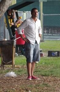 Oliver Mendoza dirige un partido del Centro Hispano Venezolano.