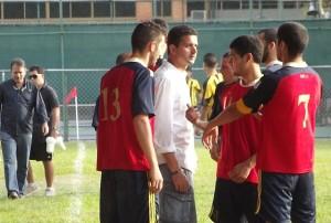 El técnico ibicenco dialoga con varios futbolistas de su equipo.