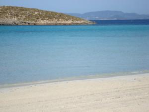 Los fondeos ilegales en playas como Illetes están destruyendo la pradera de posidonia que cubre el estrecho entre las Pitiüses.  Foto: formenteramola.com