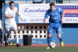 Toni Ramírez conduce el balón en un partido de Liga. Foto: Fútbol Pitiuso