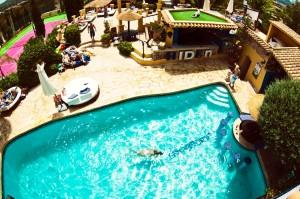 La fabulosa piscina del Hotel Pikes.