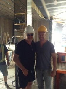 Flavio Briatore, a la izquierda, y Giuseppe Cipriani, sonrientes y con un 'look' a lo clicks de Playmobil. Foto: Twitter