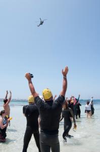 Ni el viento ni las medusas han medrado el entusiasmo de los nadadores.