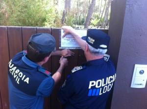 Los agentes no han podido acceder al interior de Casa Lola por no disponer de una orden judicial que ya ha sido solicitada por el Ayuntamiento de Sant Josep.  Foto: D. V.