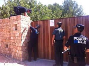 Los propietarios de Casa Lola se han negado a abrir la puerta a la Policía Local y la Guardia Civil y han interpuesto todos los obstáculos posibles para que accedieran al recinto. Foto: D. V.