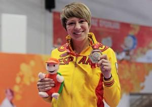 La karateca ibicenca posa con la medalla de plata obtenida en Mersin.