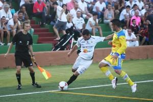 Da Silva centra el balón en una internada por la banda derecha. Fotos: C. V.
