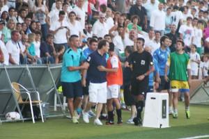 Mario Ormaechea fue expulsado en el minuto 45 por encararse con el banquillo de la Arandina.