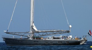 Imagen del velero de lujo 'Dwinger', principal sospechoso de la rotura del cable submarino.  Foto: Javier Marí