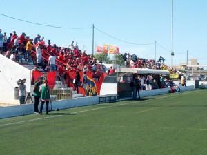 El S. D. Formentera, que empató 1-1 en el partido de ida contra el Cayón, jugará rodeado de su afición, que ha acudido al campo para brindarle su apoyo.
