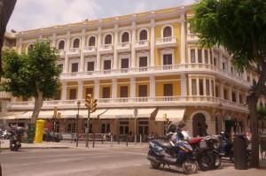 Fachada del Hotel Montesol fotografiada desde delante de la zapatería Calzados Ferrer