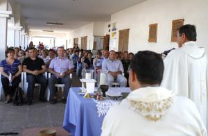 Un momento de la misa solemne, a cargo del párroco Miguel Ángel Riera.  Foto: Mila Garo