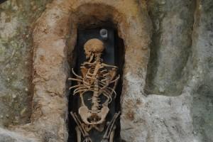 Una de les tombes romanes, amb la recreació de l'esquelet que s'hi va trobar.