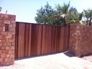 Porta principal de Casa Lola, amb els precintes arrencats. Foto: D.V.