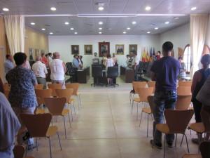 La alcaldesa, Neus Marí, los ediles y los funcionarios municipales han guardado un minuto de silencio antes de iniciar el pleno.
