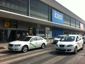 Taxistas frente a la terminal del aeropuerto. Fotos: D.V.