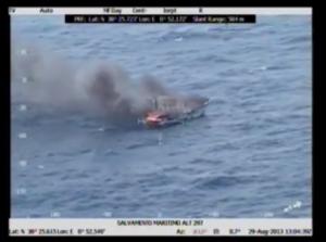 Una imagen extraída del vídeo que muestra el pesquero en llamas.