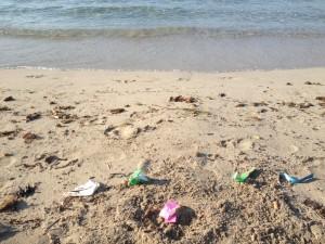 La falta de civismo y de educación de algunos usuarios de esta playa llena de basura durante el verano el agua y la arena de la misma.