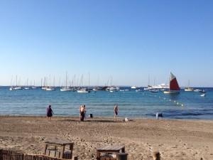 El número de yates fondeados en la playa de ses Salines, en Eivissa, se ha multiplicado durante este verano, lo que ha contribuido al deterioro de ese tramo de la costa.