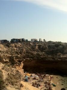 Els socialistes han subratllat que la proliferació de caravanes erosiona els penya-segats i el sistema dunar d'aquest indret.