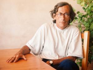Félix Julbe en una imagen tomada en los ochenta, en casa de su amigo arquitecto Henri Quillé en Formentera, isla con la que mantuvo una relación muy especial.