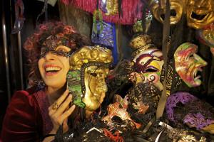 Unas de las artesanas muestra sus máscaras. Foto: Joan Costa