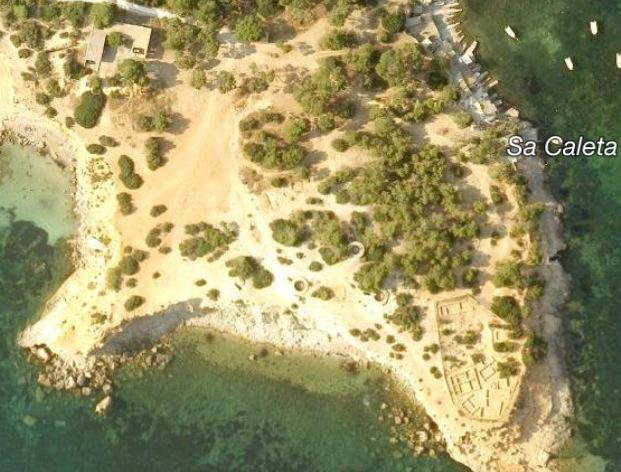 Península de sa Caleta. A la part esquerra, la zona on s'ubicava la zona militar. A la punta més meridional, les restes del poblat fenici. Foto: Google Maps.