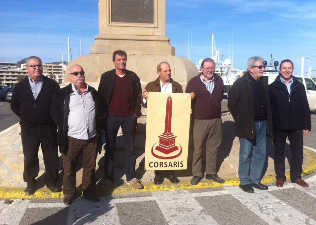 Imatge del membres de la direcció de Corsaris Democràtics, amb el logotip de la formació. Foto: D.V.