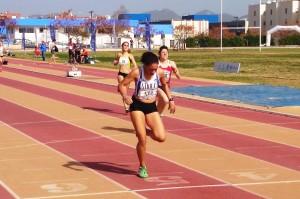 Sara Vivares (Pitiús) se colgó la medalla de oro en los 400 metros femeninos. Fotos: C. V.