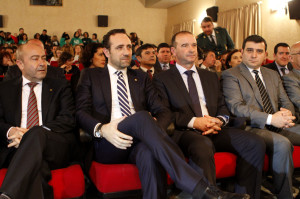 Los presidentes José Ramón Bauzá y Jaume Ferrer siguen los actos en la Sala de Cultura de Sant Francesc. Foto: Mila Garo.