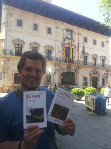 El escritor Ben Clark, posando frente al Ayuntamiento de Palma con las dos ediciones de su obra. Foto: Victor Balcells Matas