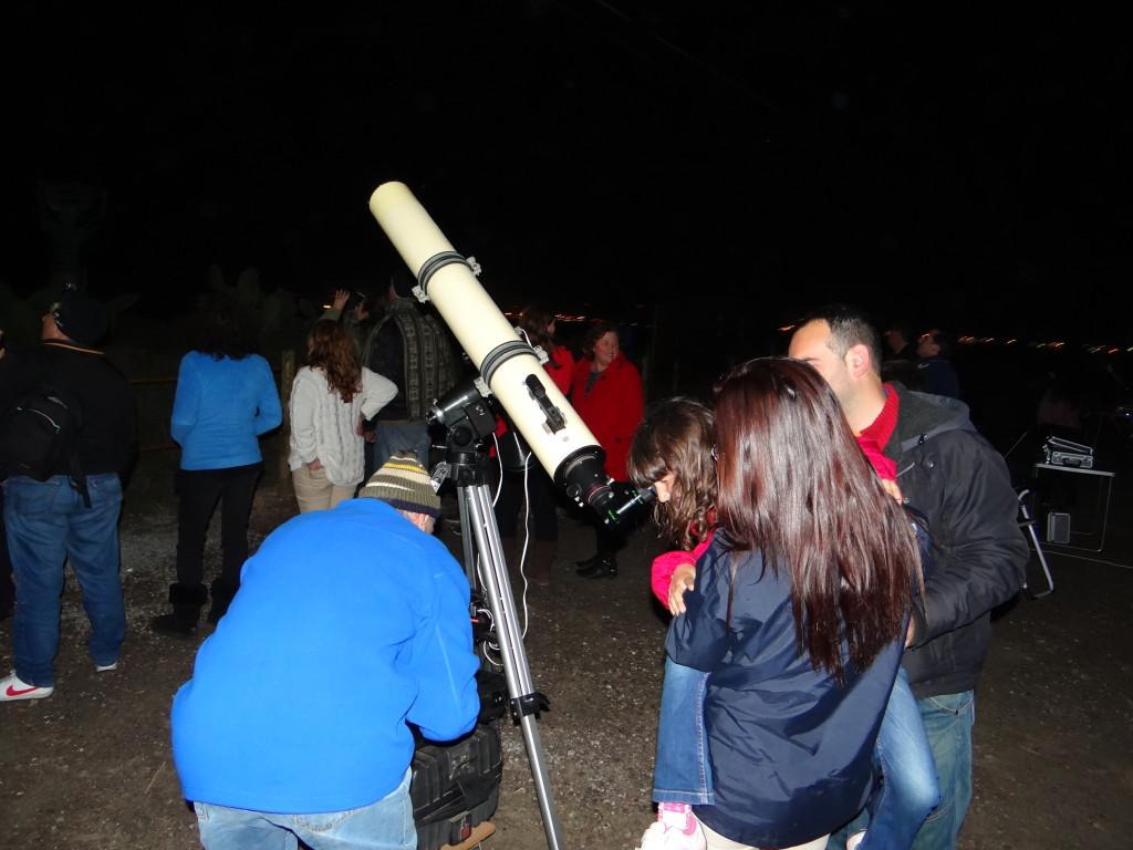 Participantes de la jornada de observación asomándose al visor del telescopio. Foto: Agrupación Astronómica de Ibiza.
