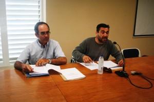 Toni Roig, a la derecha, preside la asamblea de presentación de la Asociació de Taxistes Titulars de sa Illa d'Eivissa.