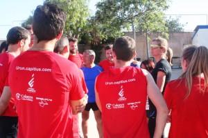 La entrenadora de atletismo da instrucciones a los deportistas en Can Misses.