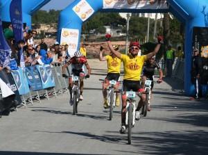 Josep Betalú e Igor Zugasti celebran su victoria en la XIV Vuelta a Ibiza en Mountain Bike MMR. Fotos: C. V.