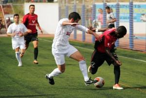 Winde, jugador del Formentera, intenta marcharse de un defensa del Villarrobledo.