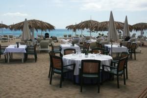 Un paisaje idílico y el mar de fondo acompañan a los comensales del Tropicana Ibiza Beach Club. Fotos: C. V.
