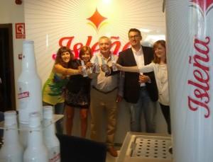 Los responsables de la marca de cerveza brindan con Isleña en las oficinas de Sant Rafel