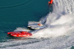Els participants al Grand Prix naveguen a velocitats superiors a 240 kilòmetres per hora.