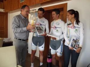 Vicent Marí entrega algunos obsequios a René Laky, Mario Szvetits y Monika Stakeliunaite.