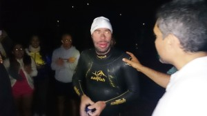 Juanjo Serra se muestra fatigado y satisfecho tras cruzar a nado los 88 kilómetros entre Jávea e Ibiza. Fotos: C. V.