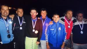 Juanjo Serra posa con los integrantes del equipo que le han apoyado para completar su reto.