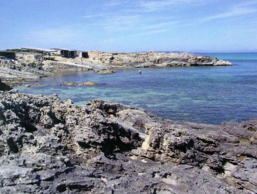Vista general del cap des Pou des Verro, a Formentera. Extreta de l''Inventari del patrimoni hidràulic de les Pitiüses' de J. J. Serra Rodríguez (Consell Insular, 2006).