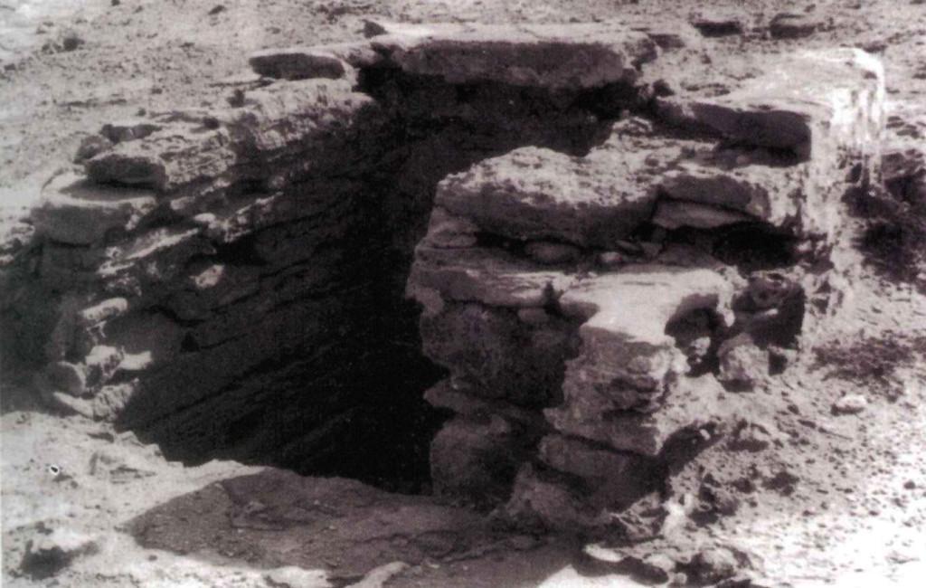El pou des Verro l'any 1974, amb les seues característiques pedres de marès del paredat del clot. Foto de Joan Marí Cardona extreta de 'Formentera, documentació i paisatges', (Institut d'Estudis Eivissencs, 1994).
