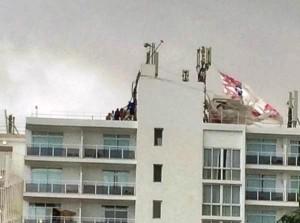 Fotografía del rescate de los dos paracaidistas accidentados en Cala de Bou.  Foto: Twitter Ibiza Club News