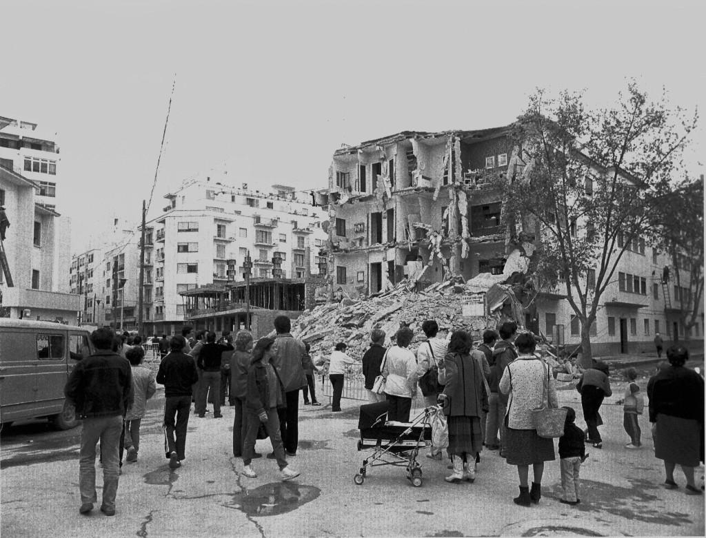 L'edifici de can Bellet, del segon terç del segle XX, va caure l'any 1982 en el seu cap que donava cap a l'IES Santa Maria. Va acabar d'esbucar-se i va construir-se a terrenys de l'antiga finca del mateix nom l'edifici que hi ha ara.  Foto: Arxiu d'Imatge i So del Consell d'Eivissa