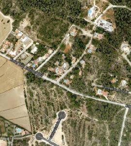 A la part superior, la zona urbanitzada del Puig de s'Argila que es consolida com AMR. A la part inferior, la zona on està prevista una urbanització amb viste a Cala Compte.